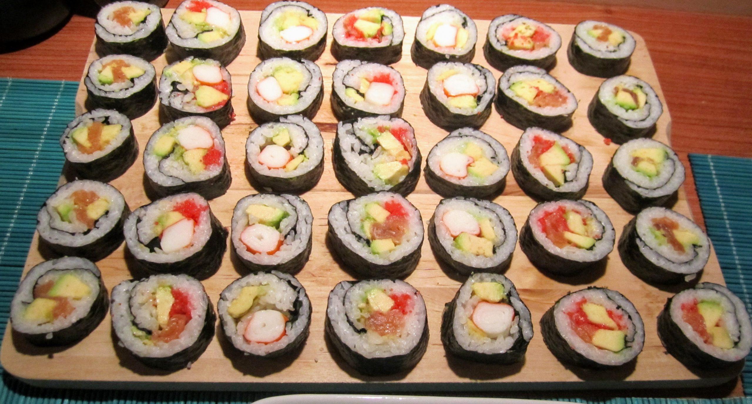 Primo sushi: maki salmone/avocado, maki surimi/ravanelli