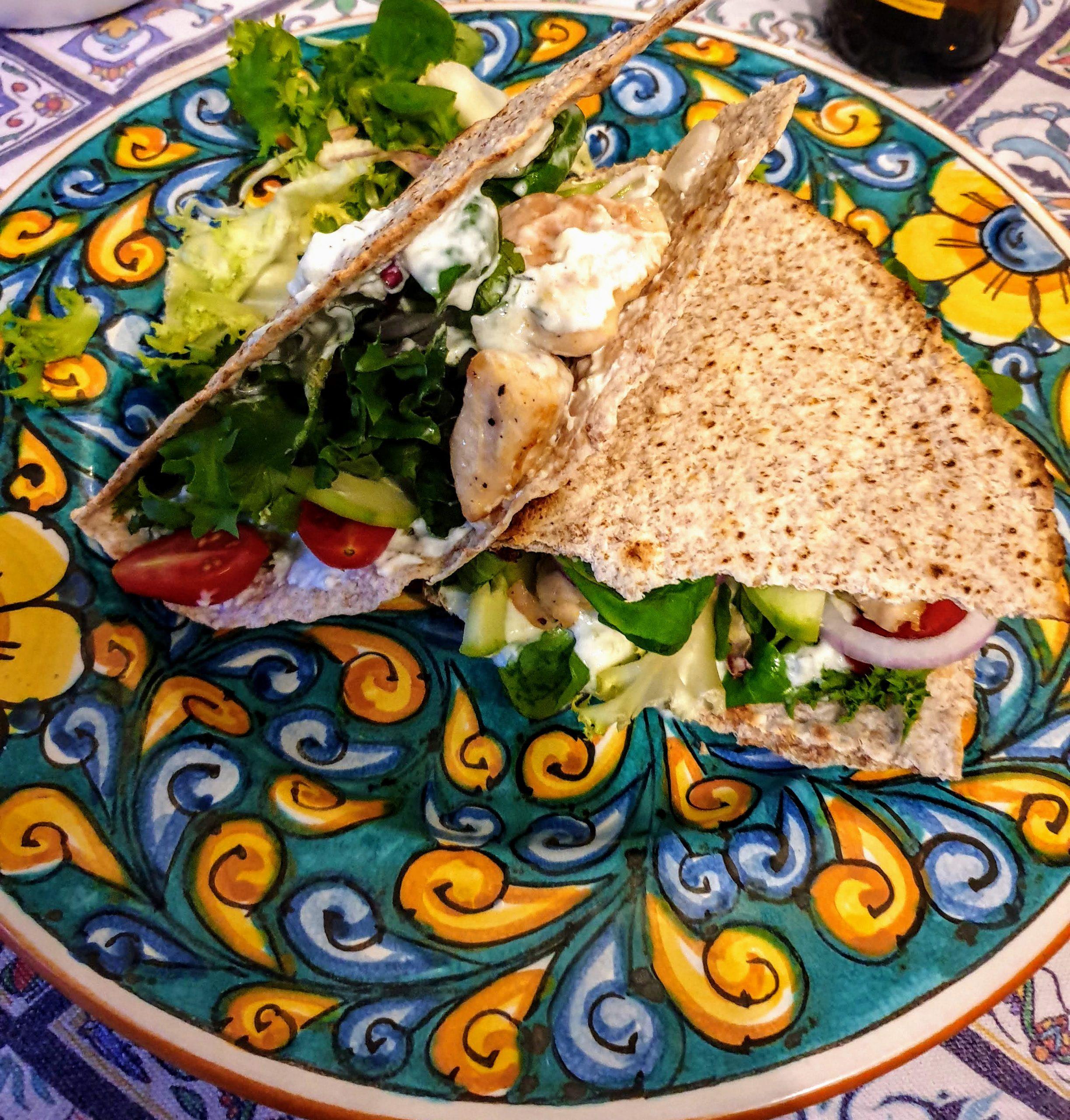 Piadine integrali con pollo, verdure e tzatziki